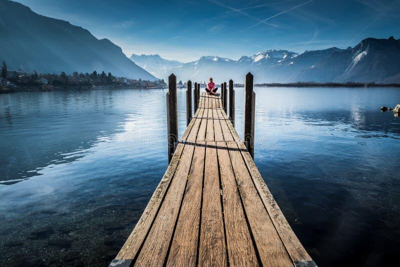 Femme de touristes au lac montreux photographie stock