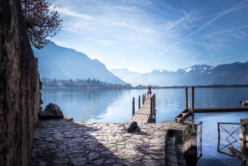 Femme de touristes au lac montreux photos stock