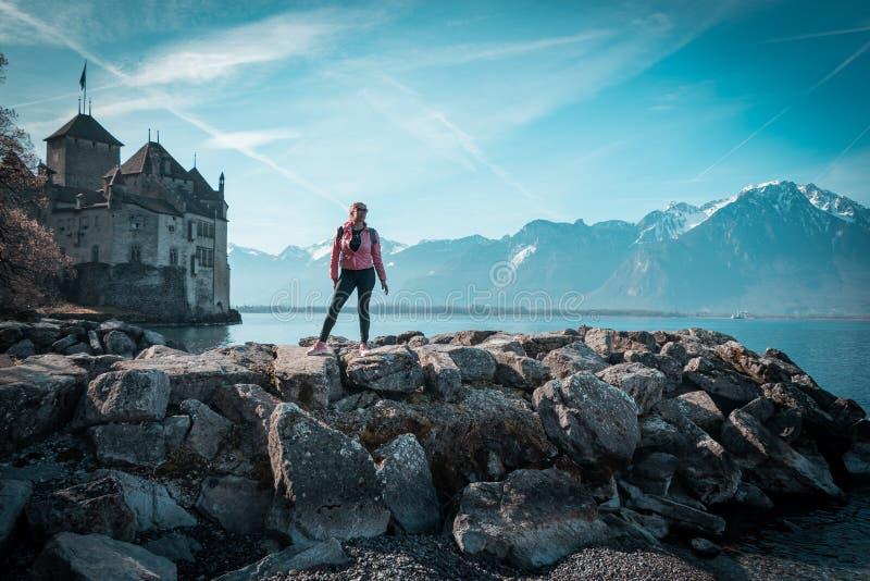 Femme de touristes au lac montreux images stock