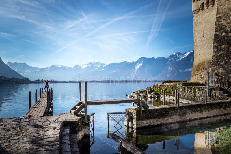 Femme de touristes au lac montreux photo stock