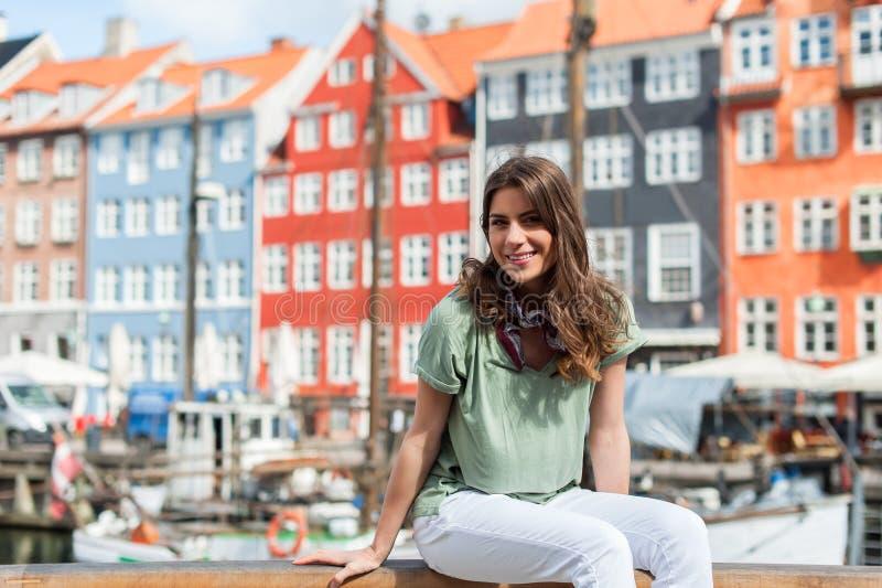 Femme de touristes au pilier Copenhague, Danemark de port de Nyhavn photo stock