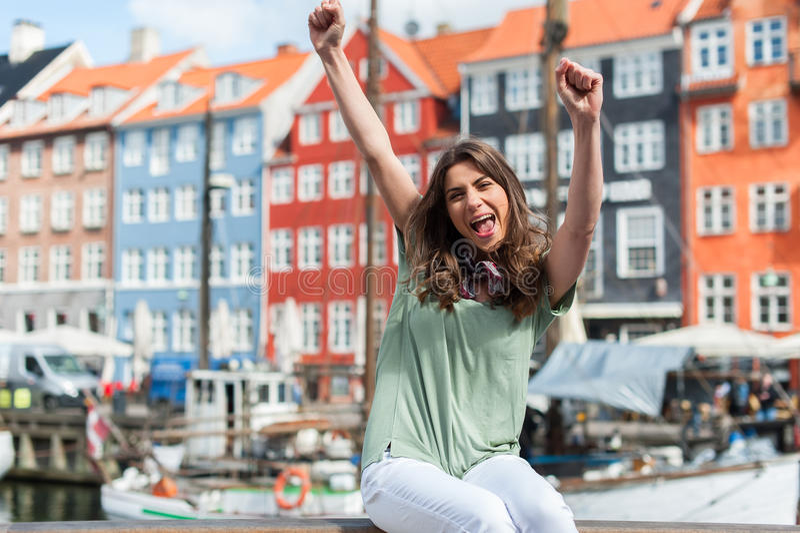 Femme de touristes au pilier Copenhague, Danemark de port de Nyhavn photos stock