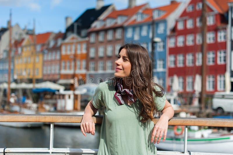 Femme de touristes au pilier Copenhague, Danemark de port de Nyhavn images stock