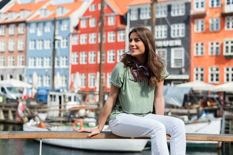 Femme de touristes au pilier Copenhague, Danemark de port de Nyhavn photographie stock libre de droits