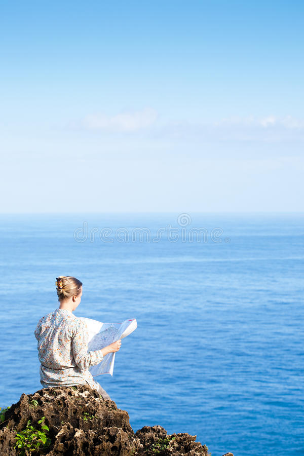 Femme de touristes avec la carte photo libre de droits