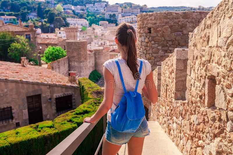 Femme de touristes dans la baie de Badia ? Tossa de Mar ? G?rone, Catalogne, Espagne pr?s de Barcelone Ch?teau m?di?val antique a photo libre de droits