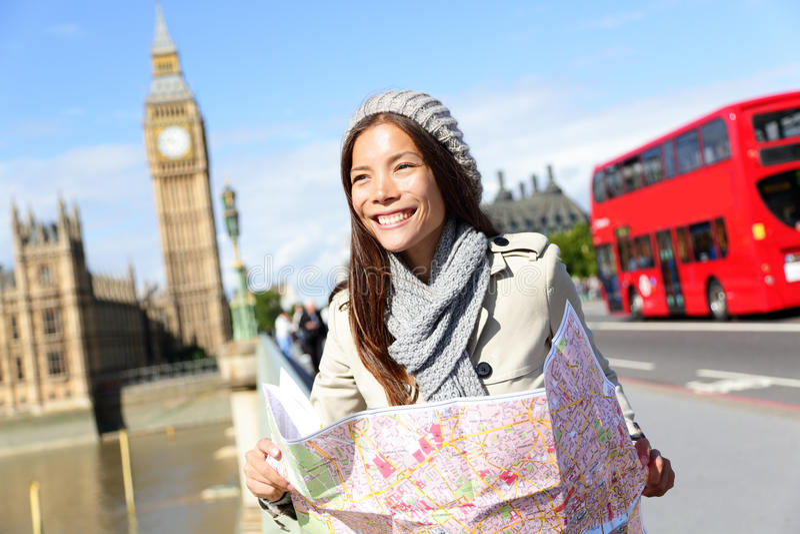 Femme de touristes de Londres de voyage tenant la carte photographie stock libre de droits