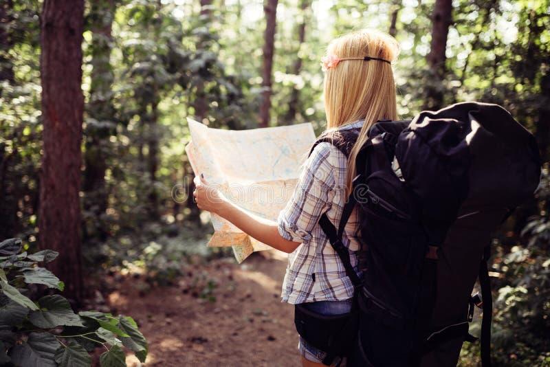 Femme de touristes de hippie avec la carte augmentant, concept d'aventure de mode de vie photographie stock libre de droits
