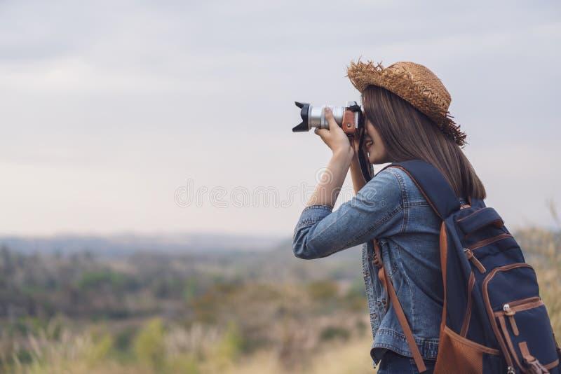 Femme de touristes prenant la photo avec sa caméra en nature photographie stock libre de droits