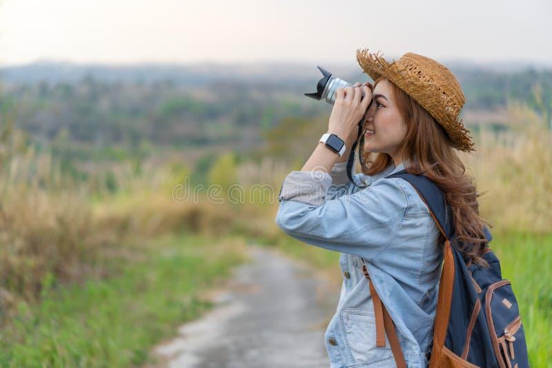 Femme de touristes prenant la photo avec sa caméra en nature images stock