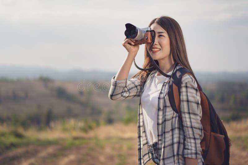 Femme de touristes prenant la photo avec sa caméra en nature photos libres de droits