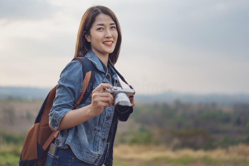 Femme de touristes prenant la photo avec sa caméra en nature images libres de droits