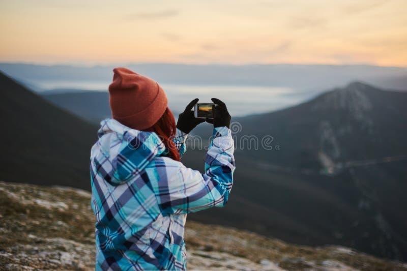 Femme de touristes prenant un tir mobile par le téléphone intelligent Concept mobile de photographie photographie stock