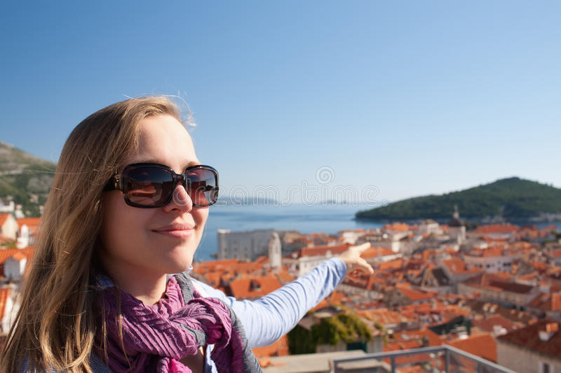 Femme de touristes regardant Dubrovnik photos libres de droits