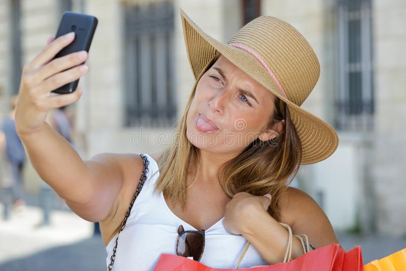 Femme de touristes de Selfie faisant les visages idiots photographie stock libre de droits
