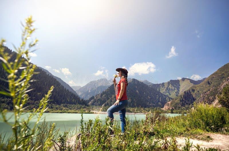 Femme de touristes sur le lac aux montagnes photo stock