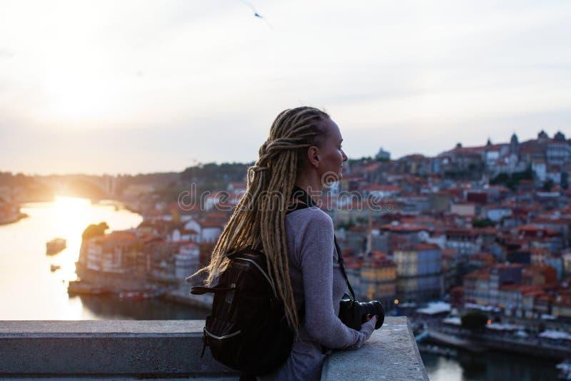 Femme de touristes sur le point de vue vis-à-vis de Ribeira sur la rivière de Douro, Porto photos libres de droits