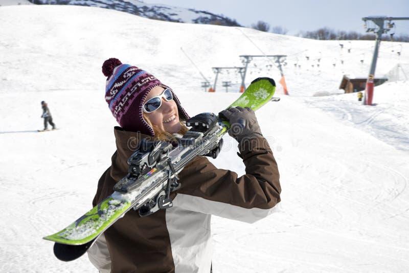 femme de transport de skis image libre de droits