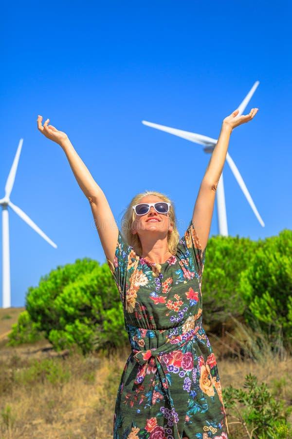 Femme de turbines de vent photographie stock