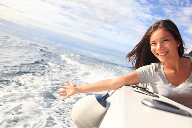 Femme de vacances de bateau de vitesse normale sur l'eau image libre de droits