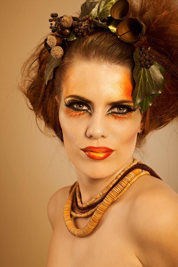 Femme de verticale de beauté dans le renivellement d'automne image stock