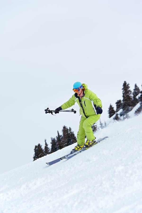 femme de virage de pente de ski images libres de droits