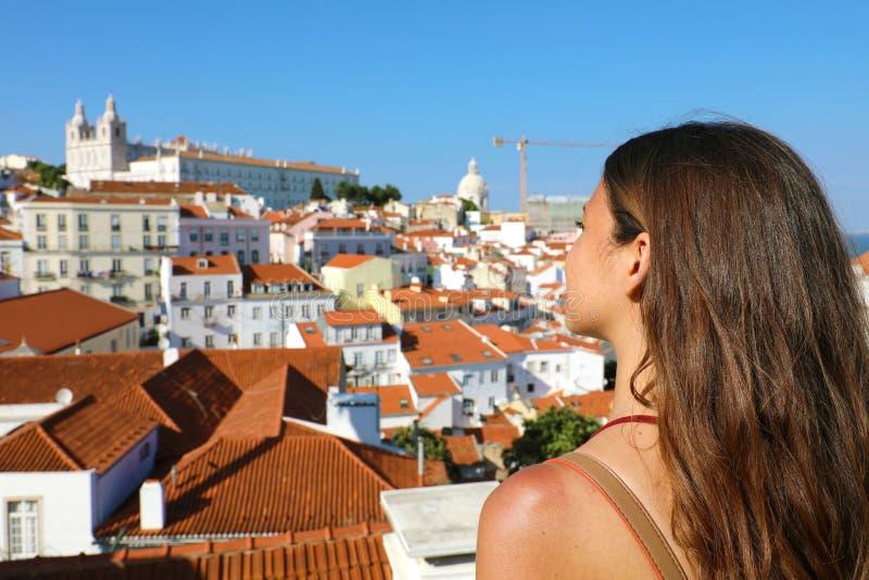 Femme de voyage de jeunes appréciant la vue panoramique de Lisbonne, Portugal Vue arrière de fille avec le paysage urbain de Lisb photos stock