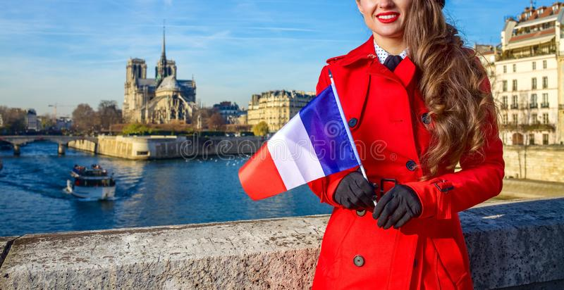 Femme de voyageur à Paris avec le drapeau français examinant la distance images libres de droits