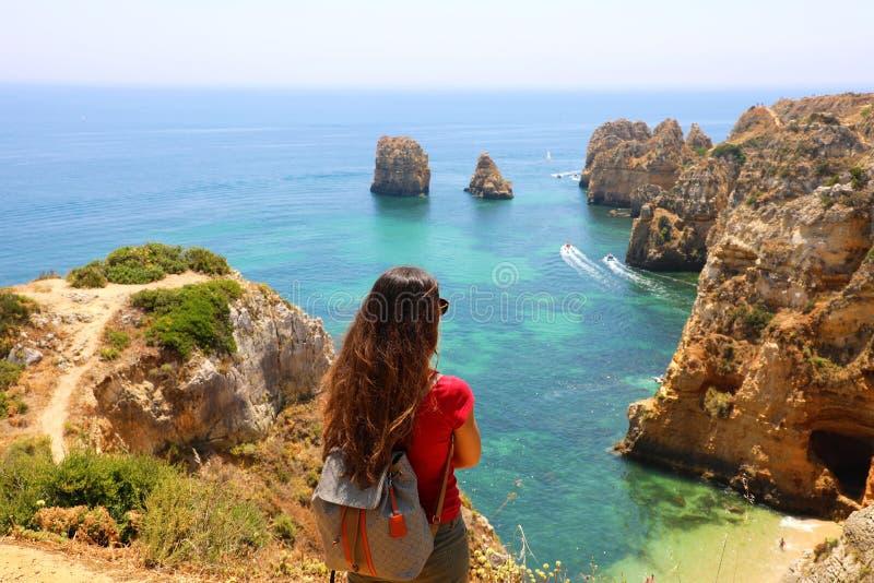 Femme de voyageur avec la vue renversante appréciante et de détente Portugal du sud de sac à dos photos libres de droits