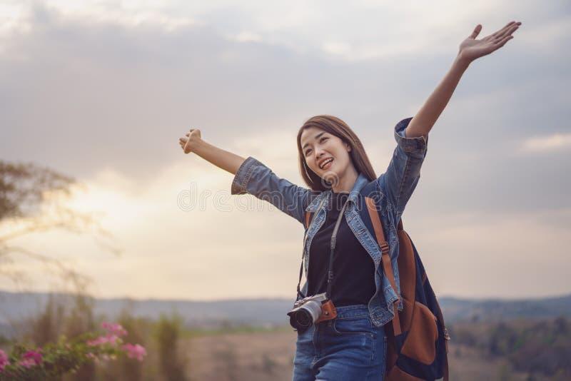 Femme de voyageur avec le sac à dos avec des bras augmentés images libres de droits