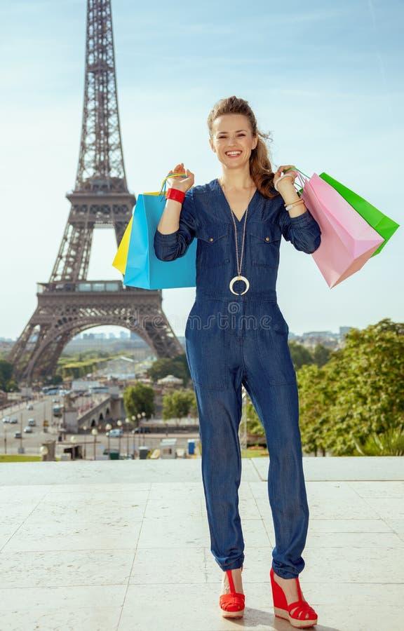 Femme de voyageur contre Tour Eiffel avec des sacs à provisions photos stock