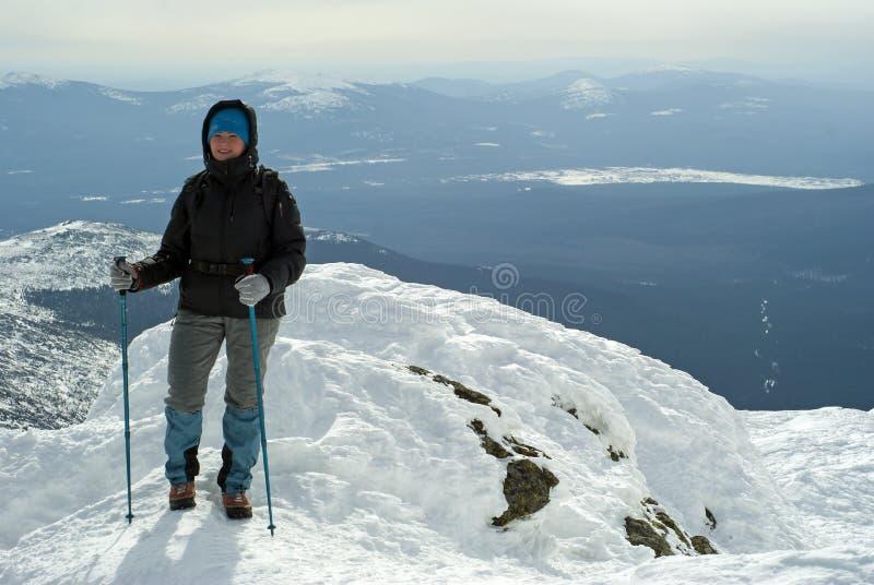 Femme de voyageur en montagnes d'hiver photographie stock libre de droits
