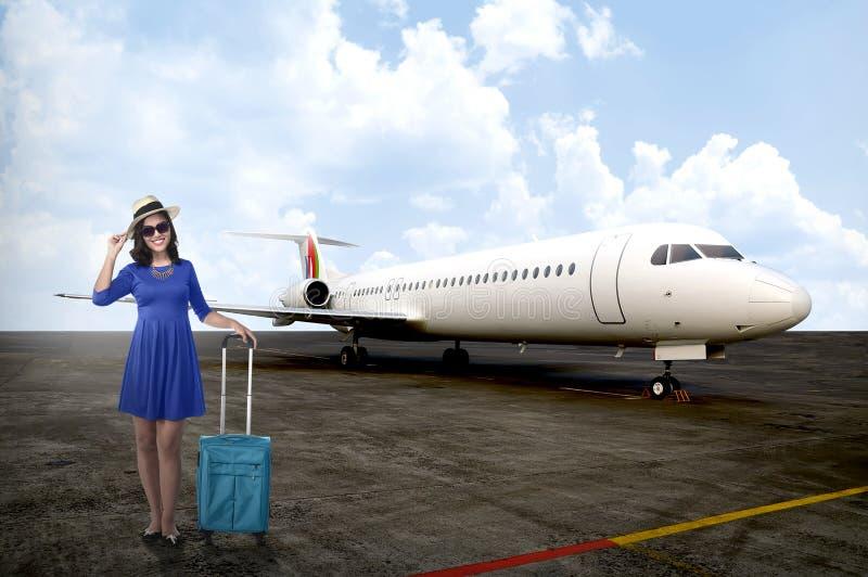 Femme de voyageur entrant dans le jet privé images stock