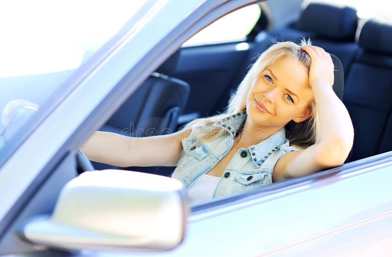 Femme de Yeautiful dans son véhicule neuf - plan rapproché photo stock