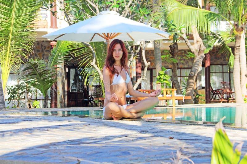 Femme de yoga à la station de vacances tropicale photo stock
