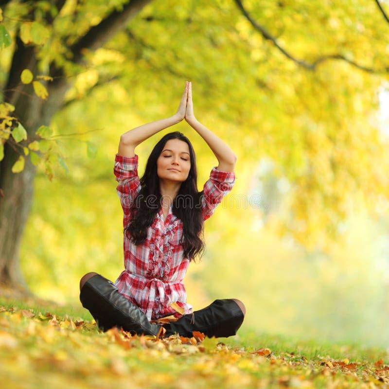 Femme de yoga d'automne image libre de droits