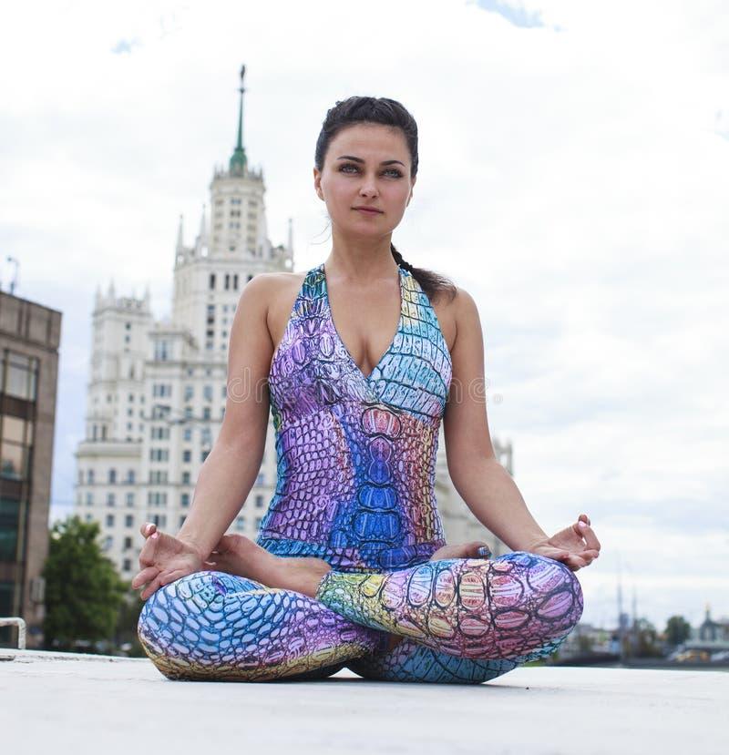Femme de yoga d'exercices photos libres de droits