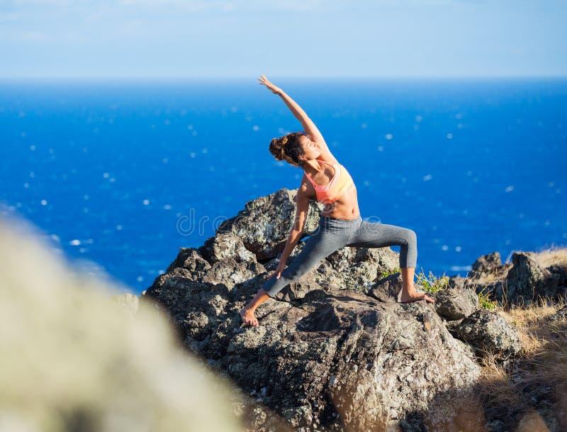 Femme de yoga pratiquant dans une plage photographie stock