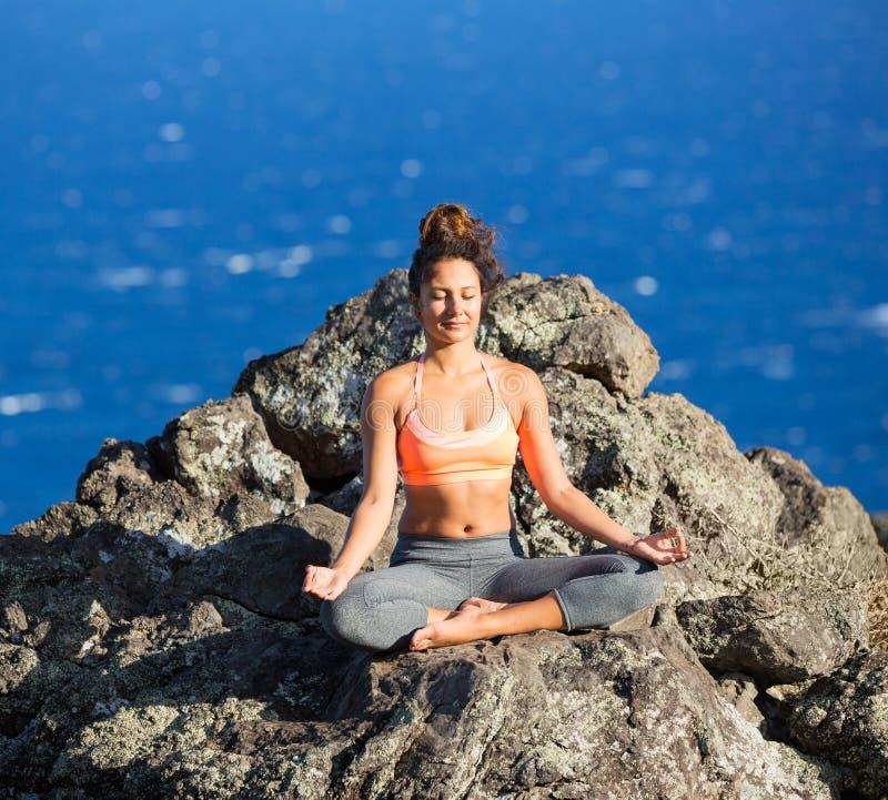 Femme de yoga pratiquant dans une plage images stock