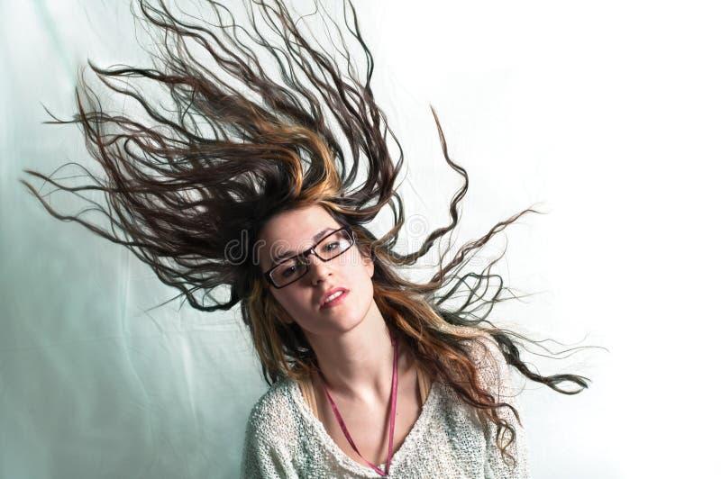 Femme de Yound secouant le cheveu image libre de droits