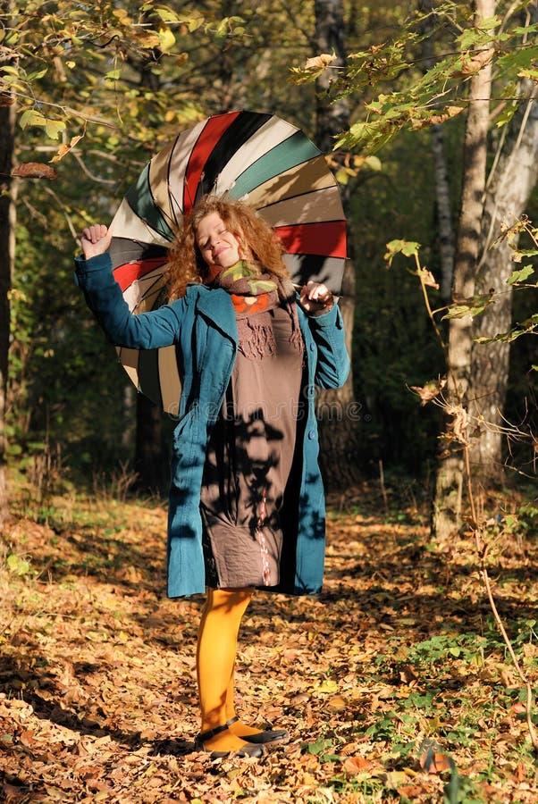 Femme de Yoyng avec le parapluie images stock