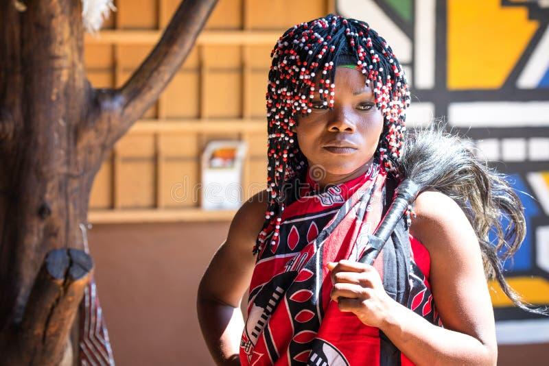 Femme de zoulou au village culturel de Lesedi image stock