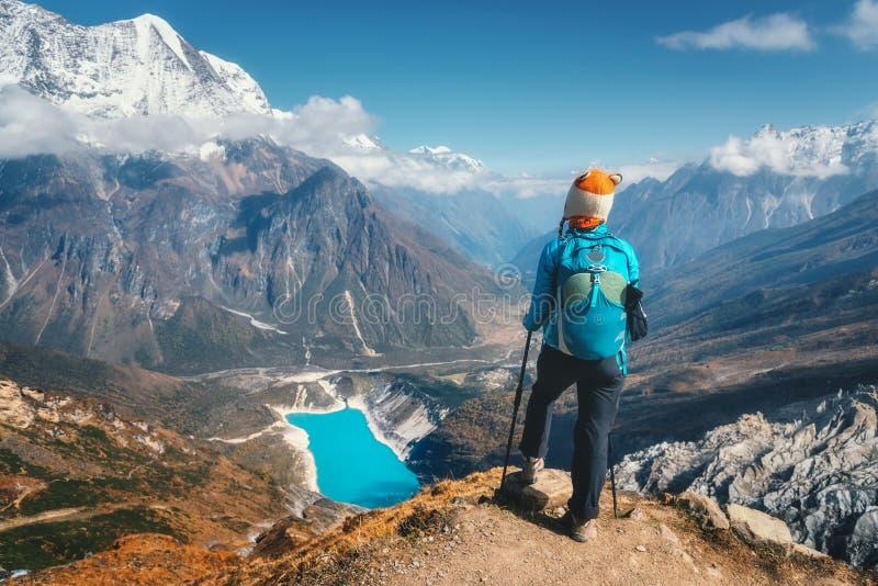 Femme debout avec le sac à dos sur la crête de montagne photos stock