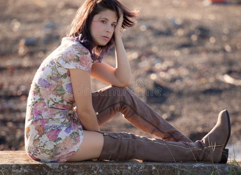 Femme dehors dans l'automne dans la robe et les bottes image stock
