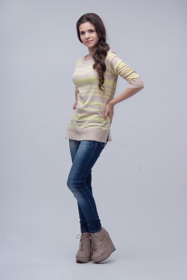 Femme demi-longueur sur le fond bleu photo libre de droits