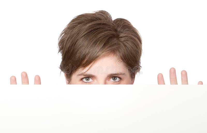 Femme derrière un livre blanc photographie stock