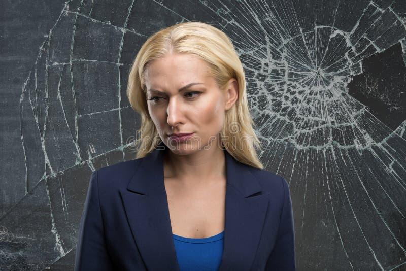 Femme derrière un verre cassé images stock