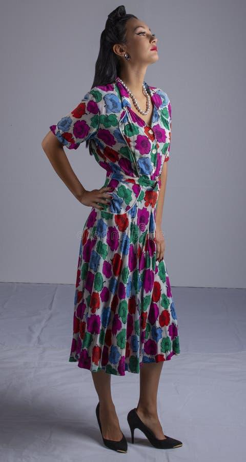 femme des années 1950 dans la robe colorée photographie stock libre de droits