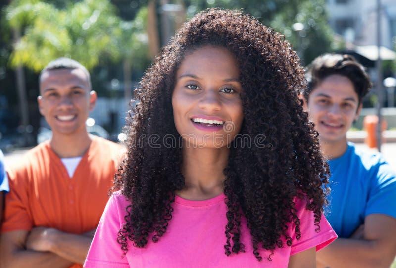 Femme des Caraïbes riante avec des amis photos stock