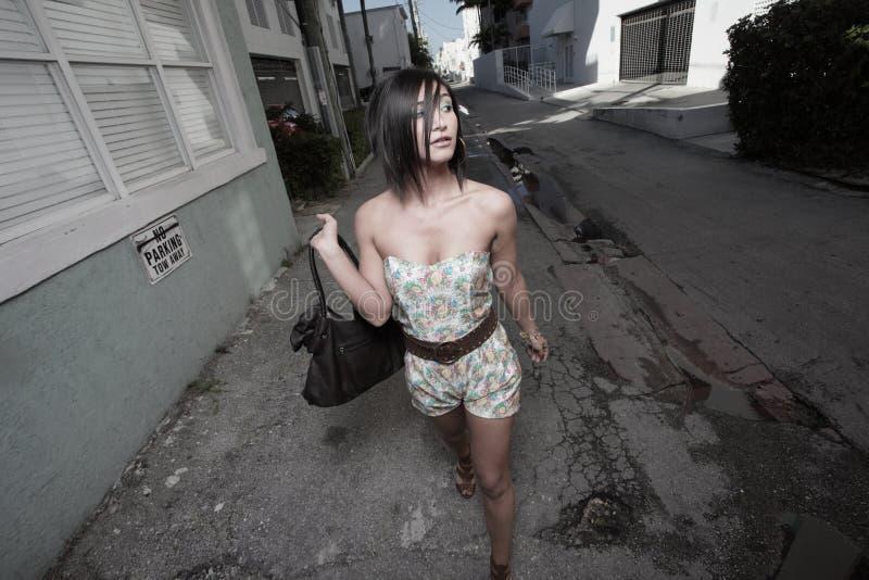 Femme descendant la ruelle photo stock